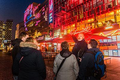 Stadtführer Malte vor dem Schmidt Theater