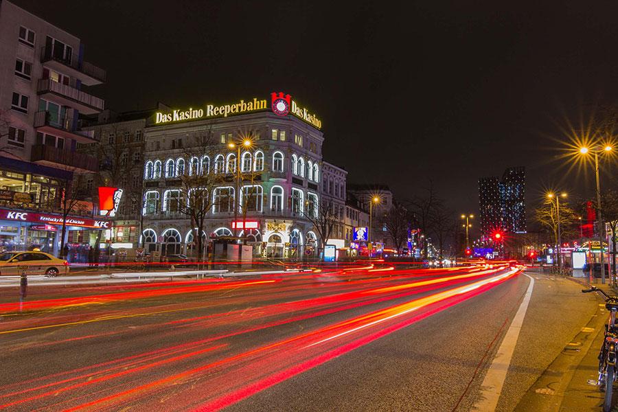 Reeperbahn und ehemaliges Casino bei Nacht
