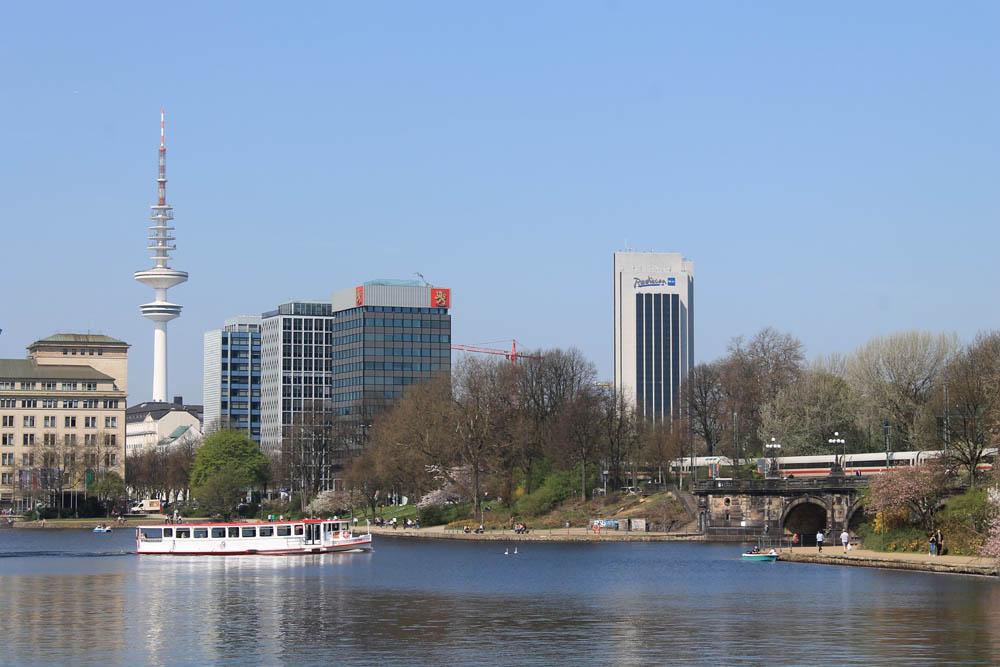 Binnenalster Hamburg Führung mit Blick auf Barkasse Fernsehturm Radisson