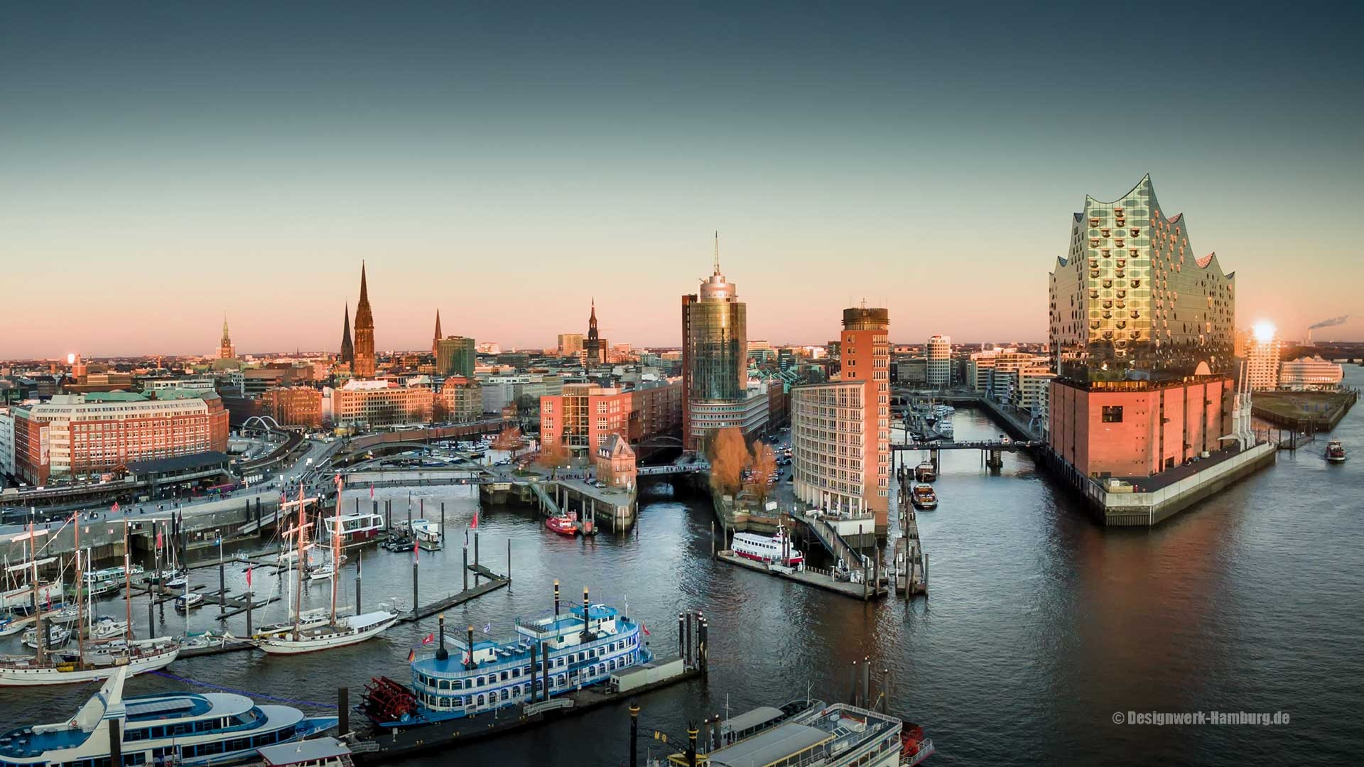 Abenddämmerung und Panorama Elbphilharmonie, Hafencity, Landungsbrücken, Michel