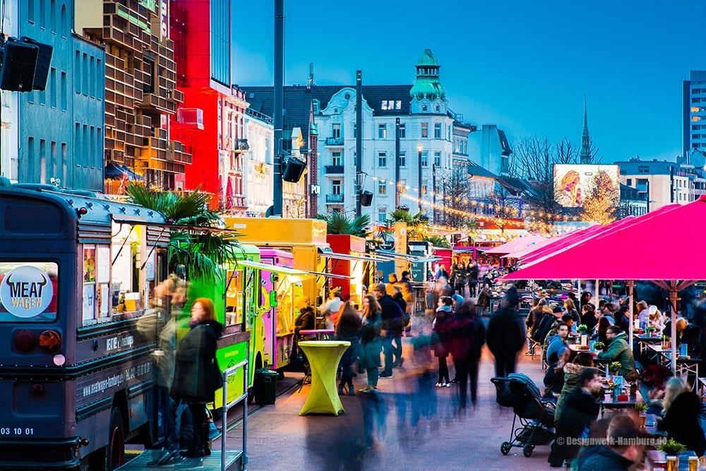 Quirliges Treiben auf dem Nachtmarkt - der Spielbudenplatz