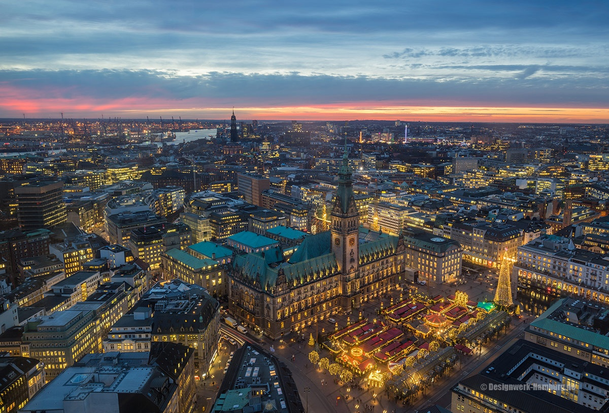 Luftbildaufnahme vom Rathaus mit dem schönen Weihnachtsmarkt.