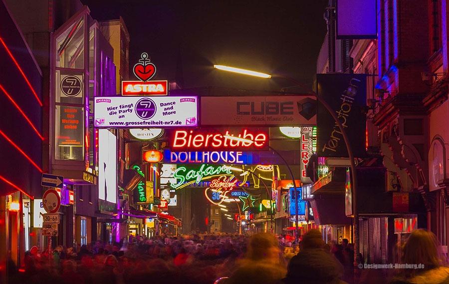 Reeperbahn und Große Freiheit bei Nacht - für Partygänger und Leichtmatrosen. Tabledance, Bars und Diskotheken bedienen die Rastlosen.