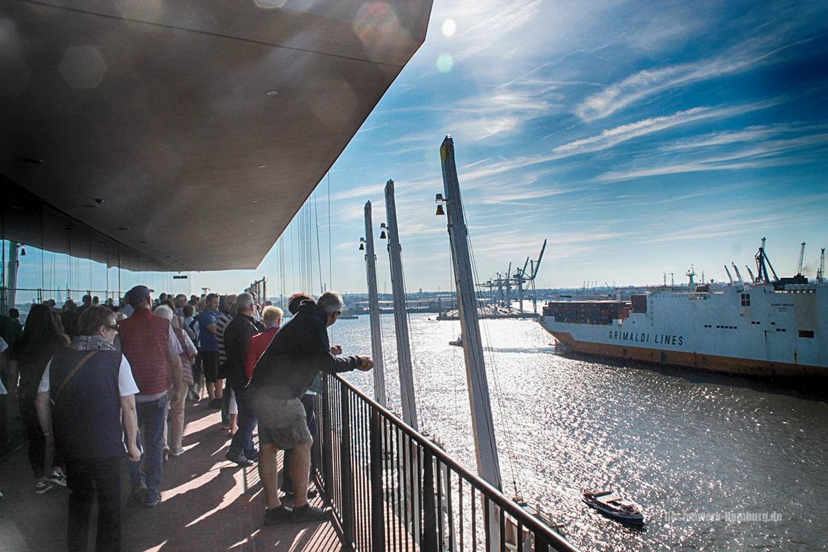 Außenbereich der Plaza - Blick über den Hamburger Hafen