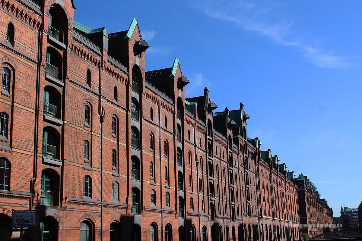 Vorbei an den alten Kontorhäusern des letzten Jahrhunderts
